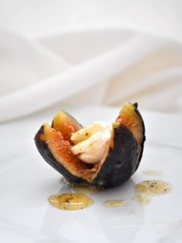 Fresh figs with goat cheese and honey. Easy appetizer. |www.flavourandsavour.com