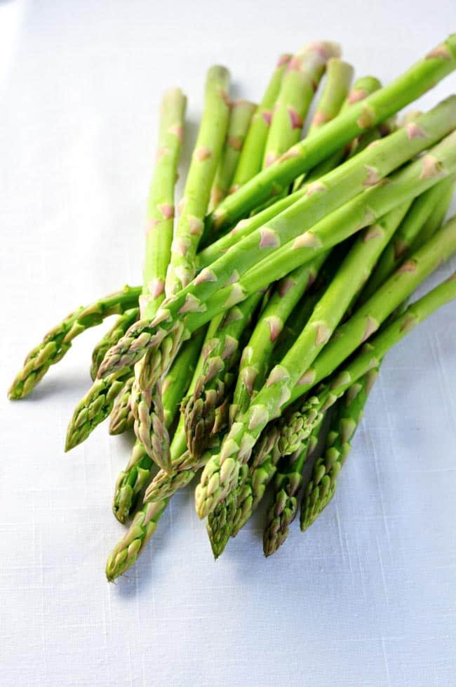 Easy 5 -minute Sesame Asparagus. Super easy--toss with sesame oil and sesame seeds! |www.flavourandsavour.com
