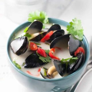 Spicy Thai Steamed Mussels in Coconut Milk |www.flavourandsavour.com