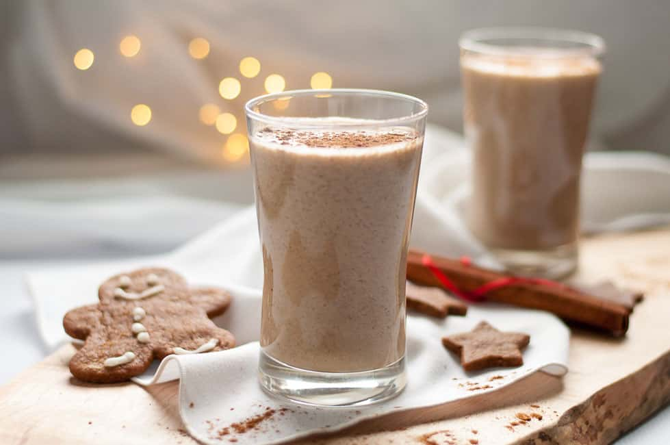 Start your fall and winter mornings off on a healthy note with this Healthy Chia Gingerbread Smoothie. |www.flavourandsavour.com