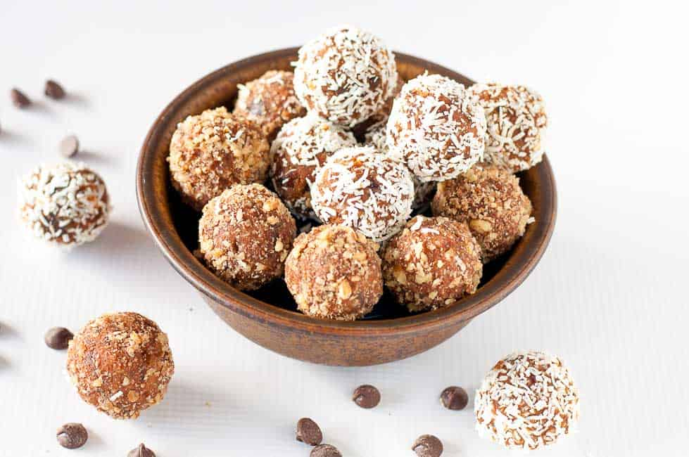 Grain-Free Peanut Butter Chocolate Pumpkin Energy Balls. Naturally sweetened, vegan pumpkin energy balls for a fall treat! |www.flavourandsavour.com