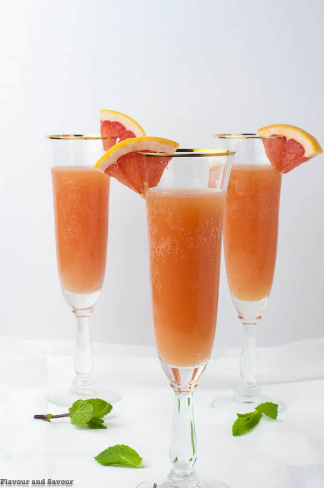 Sugar-Free Grapefruit Ginger Mocktail garnished with grapefruit wedges