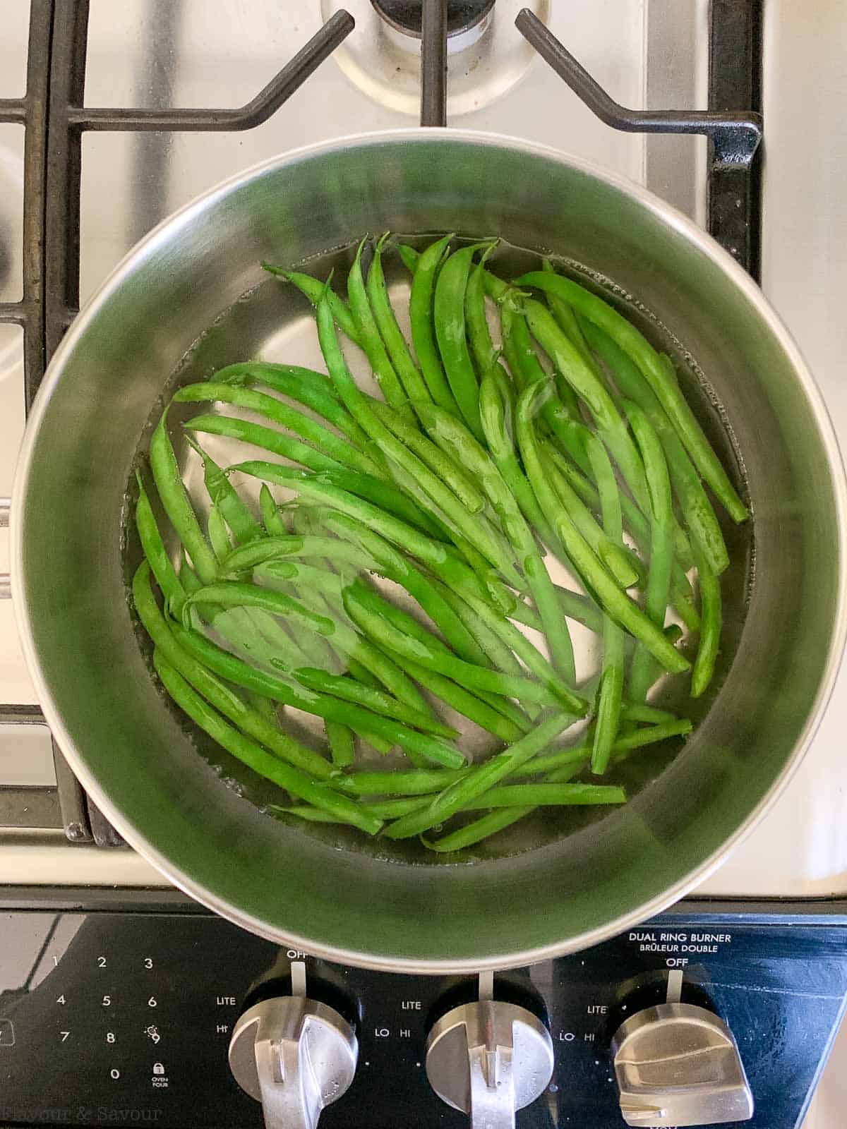 Blanching green beans in boiling water