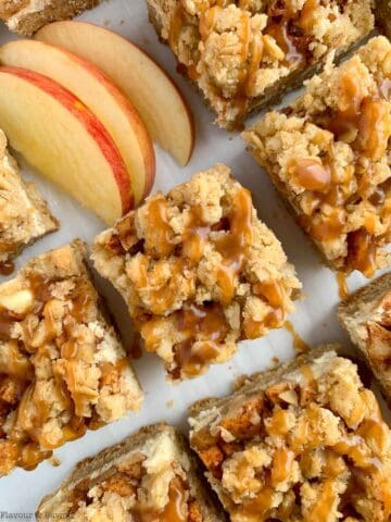 apple cheesecake crumble bars with sliced apples